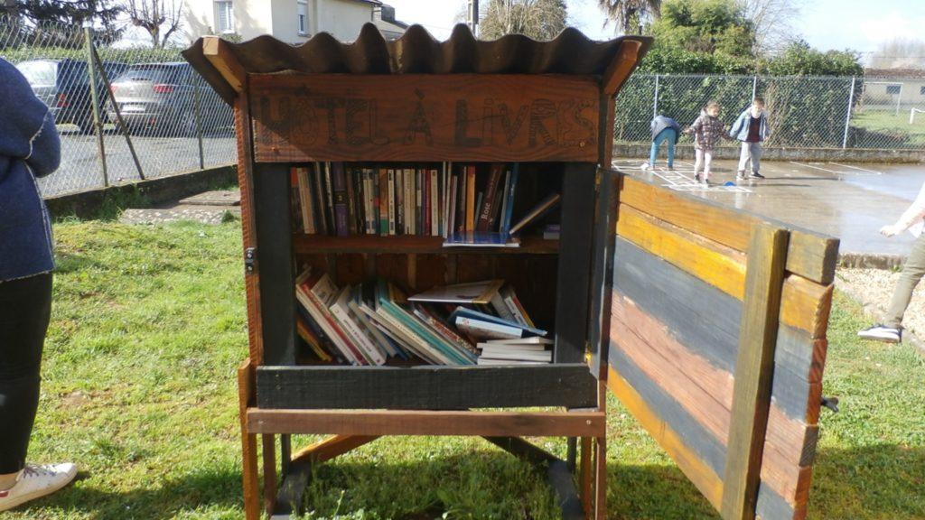 Abri à livres réalisé par les enfants
