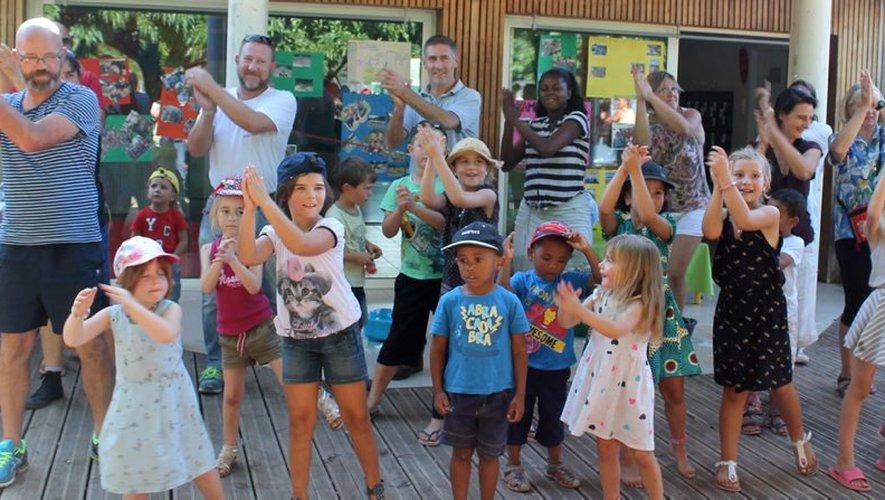 Enfants qui dansent au centre de loisirs