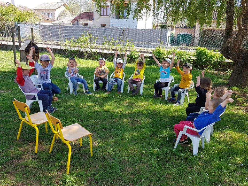 Enfants de 3 à 5 ans qui jouent en rond