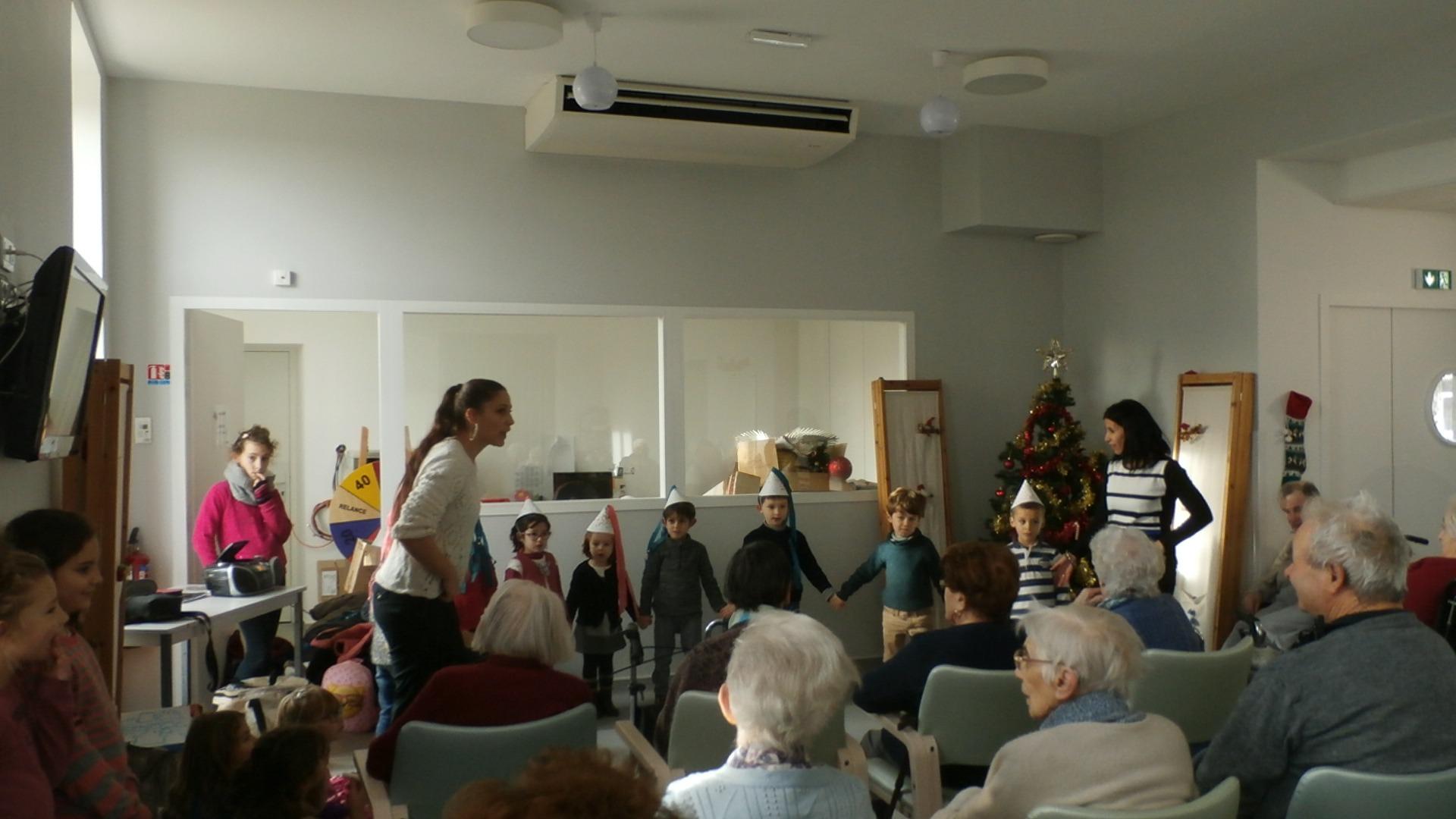 Spectacle d'enfants de 6 à 9 ans à la maison de retraite de Puy-L'évêque
