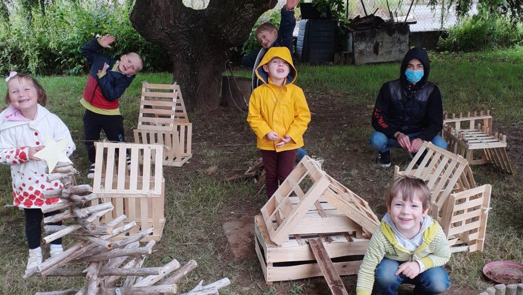Construction de cabanes en bois par les enfants