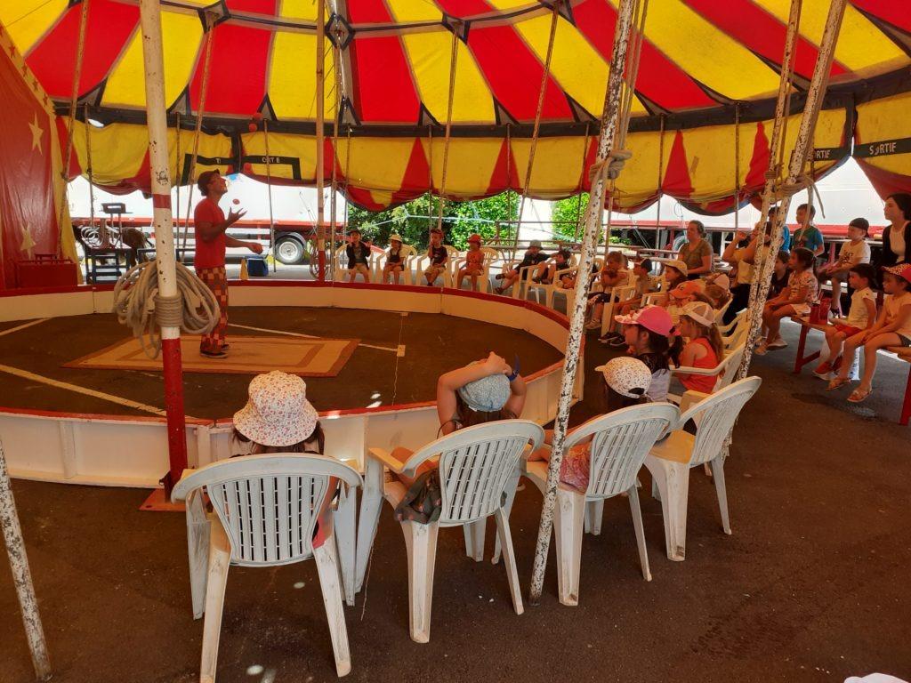 Les enfants au cirque devant un clown